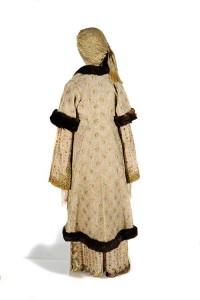 Γυναικεία φορεσιά, που ανήκε σε μέλος της οικογένειας των Μπενιζέλων (18ος αι.). ©Εθνικό Ιστορικό Μουσείο