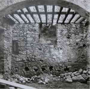 Άποψη του ισογείου του αρχοντικού, με εμφανή ίχνη παλαιότερου κτίσματος.