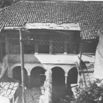 The mansion in the mid-20th century (photograph by P. Papachatzidakis), from I. Travlos, Πολεοδομική εξέλιξις των Αθηνών, pub. Kapon, Athens 1993, p. 227.